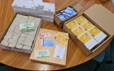 Megérkeztek a városházára, és hamarosan elindulnak a címzettekhez ezek a kiskártyák