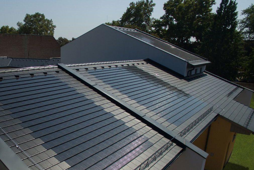 Pécsen kezdte meg működését az ország első napelemes tetőcserepet gyártóüzeme