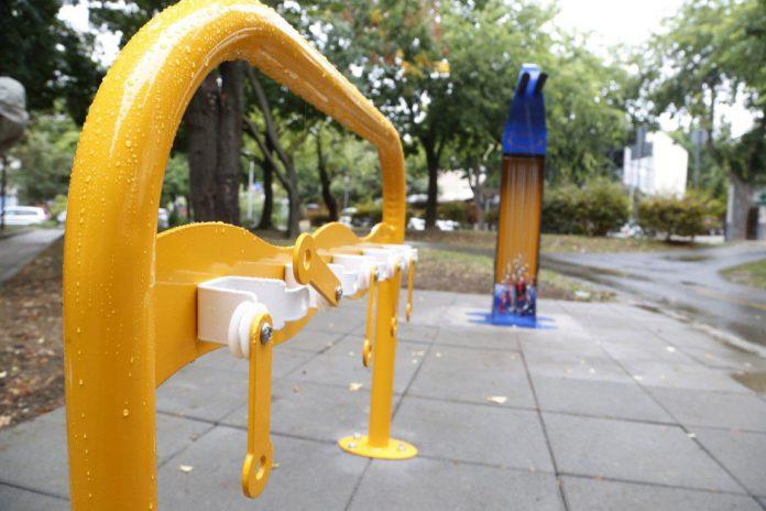 Kerékpáros szervizpontokat és rollertárolókat adtak át Pécs többpontján